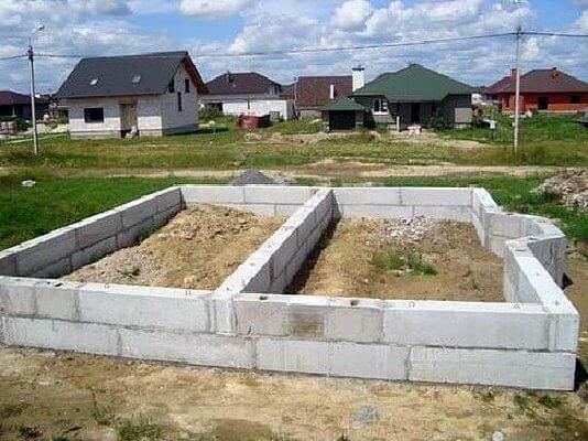 deshevyj-lentochnyj-fundament-fbs-534x400